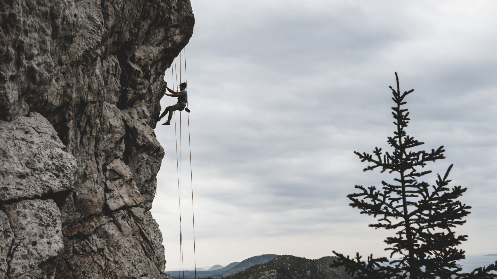 I spent over an hour dangling from a cliff, and this is what I learned about leadership - blogpost cover